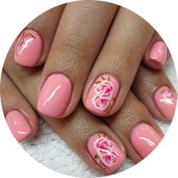 rózsaszín lakkzselés körömdíszítés rózsa mintával