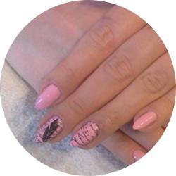 körömnyomdás körömdíszítés rózsaszín lakkzselén