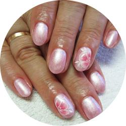 rózsaszín lakkzselés körömdíszítés virág mintával