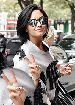 Demi Lovato szürke gél lakkos körmei